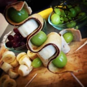 Crepes Fruchtspieß mit Trauben, Bananen und Nutellacrepes